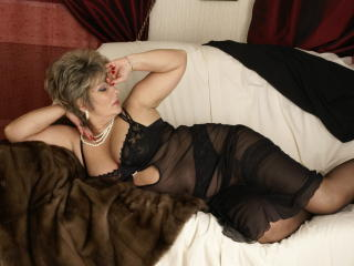 Voir le liveshow de  PoshLady de Xlovecam - 52 ans - I'm a horny mature woman. I love when you look at me while  I touch my body, and even more when i ...